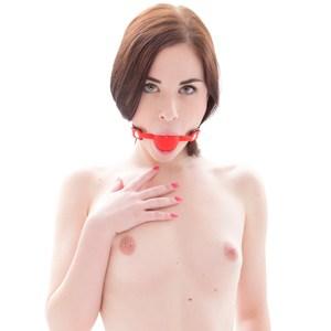 Mordaza con bola maciza de suave silicona roja o negra